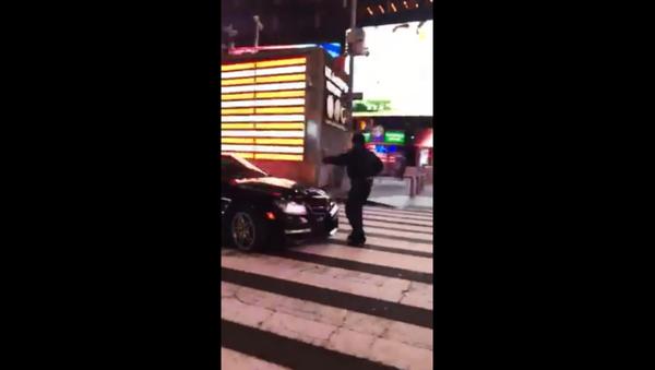NYPD issue manhunt for Mercedes driver that rammed officer - Sputnik International