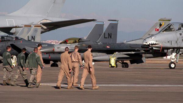 U. S. Air Force airmen walk toward fighter jets after Defense Secretary Ash Carter visited the Incirlik Air Base near Adana, Turkey (File) - Sputnik International