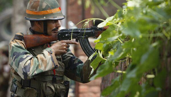 An Indian army soldier holds an AK-47 assault rifle. (File) - Sputnik International