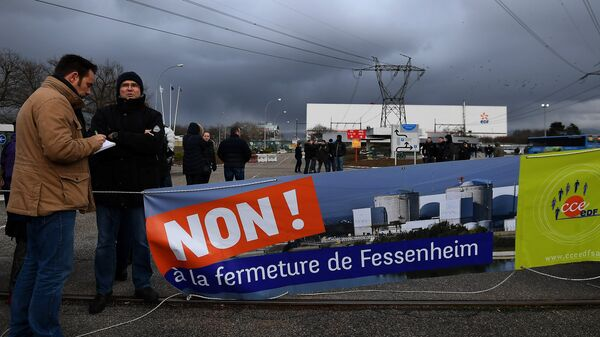 Workers demonstrate in front of the nuclear powerplant of Fessenheim, on January 19, 2018, to protest against the planned closure of plant, the country's oldest nuclear power plant - Sputnik International