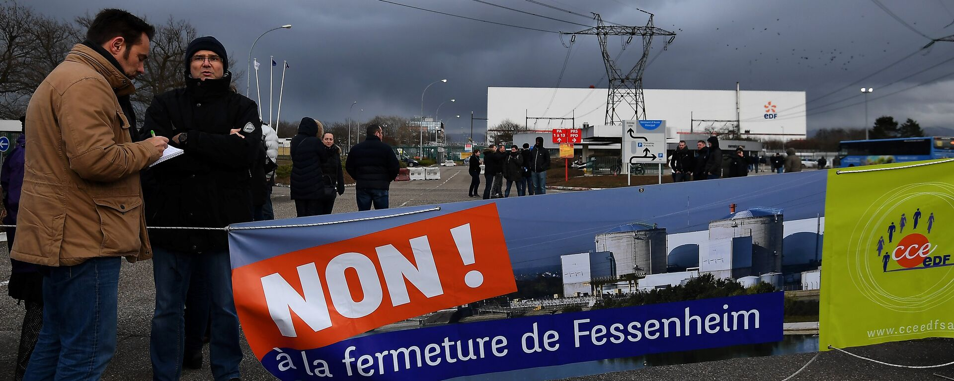 Workers demonstrate in front of the nuclear powerplant of Fessenheim, on January 19, 2018, to protest against the planned closure of plant, the country's oldest nuclear power plant - Sputnik International, 1920, 20.01.2018