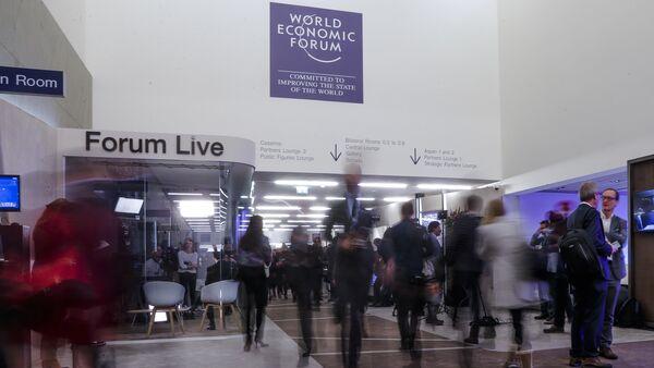 People walk through a corridor on the opening day of the World Economic Forum, WEF, in Davos, Switzerland, Tuesday, Jan. 23, 2018 - Sputnik International