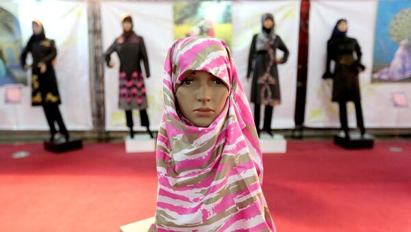 A headscarf is displayed on a mannequin at the Islamic fashion exhibit in central Tehran on December 18, 2014 - Sputnik International
