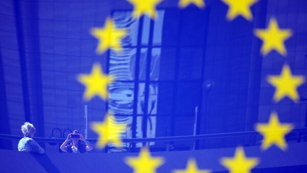 Tourists reflected in a EU logo - Sputnik International