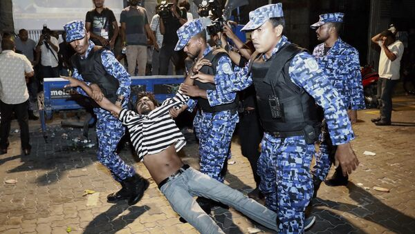 Maldivian police officers detain an opposition protestor demanding the release of political prisoners during a protest in Male, Maldives, Friday, Feb. 2, 2018 - Sputnik International