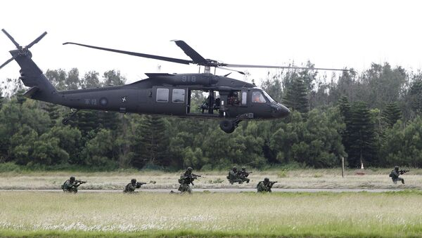 Soldiers from Taiwan's special forces exit from a UH-60 Black Hawk helicopter during the annual Han Kuang exercises on the outlying Penghu Island, Taiwan, Thursday, May 25, 2017 - Sputnik International