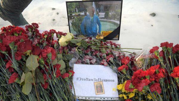 Flowers in memory of killed pilot Roman Filipov at Russian Defense Ministry - Sputnik International