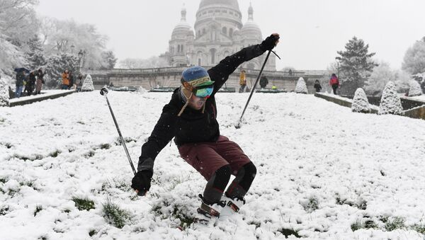 A man is skiing on the snow-covered Montmartre hill in front of the Basilica of the Sacred Heart (Basilique du Sacre-Cœur) on February 6, 2018 in Paris - Sputnik International