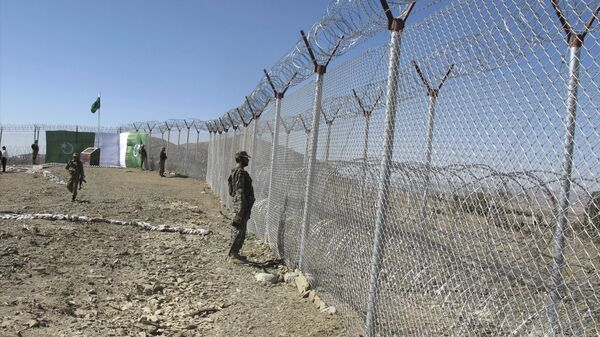 Pakistani soldiers stand guard at newly erected fence between Pakistan and Afghanistan at Angore Adda, Pakistan, Wednesday, Oct. 18, 2017 - Sputnik International