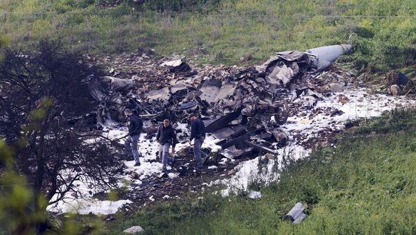 Israeli security stands around the wreckage of an F-16 that crashed in northern Israel, near kibbutz of Harduf, Saturday, Feb. 10, 2018. - Sputnik International