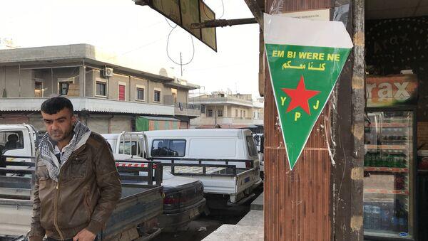 Flag of the Kurdish YPJ self-defense forces on the central street of the Syrian city of Afrin. - Sputnik International