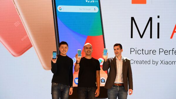 (L-R) Donovan Sung, director of product management and marketing at Xiaomi Global, Manu Jain, managing director of Xiaomi India, and global director of Android Partner Programs Jon Gold hold the newly launched Xiaomi Mi A1 smartphone at a function in New Delhi on September 5, 2017 - Sputnik International