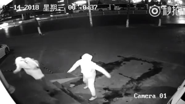 Burglar in Shanghai throws brick at partner instead of window - Sputnik International