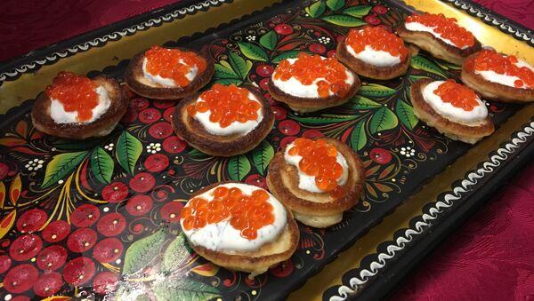 Mini pancakes served with red caviar - Sputnik International