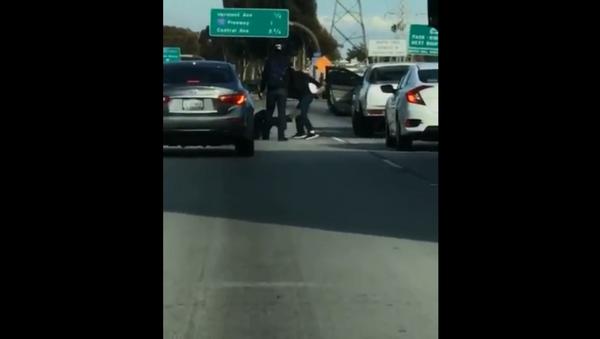Fight breaks out on 105 Freeway in Los Angeles, California - Sputnik International