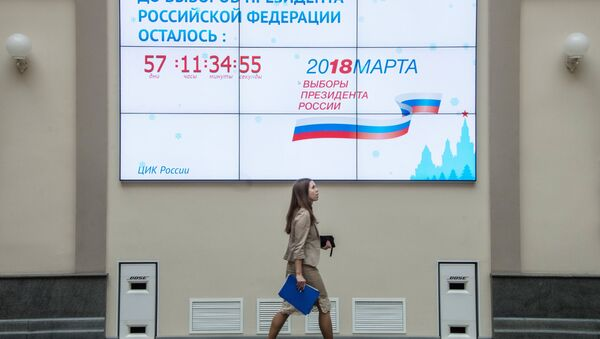 A screen with a countdown clock for the 2018 Russian presidential election on the building of the Central Electoral Commission in Moscow - Sputnik International