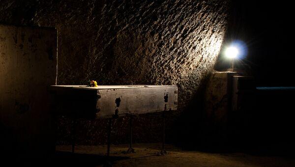 Light on Coffin - Sputnik International