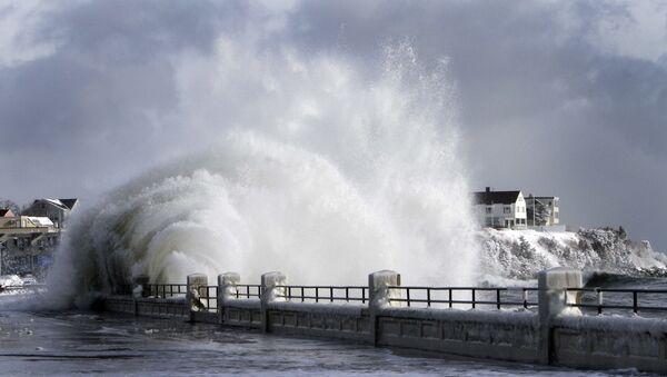 heavy surf breaks over the seawall during a winter storm - Sputnik International