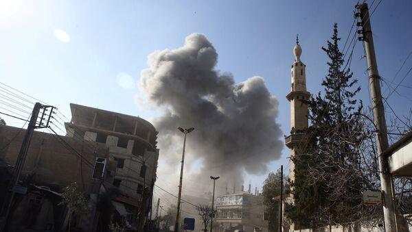 Smoke rises from the rebel held besieged town of Hamouriyeh, eastern Ghouta, near Damascus, Syria, February 21, 2018 - Sputnik International