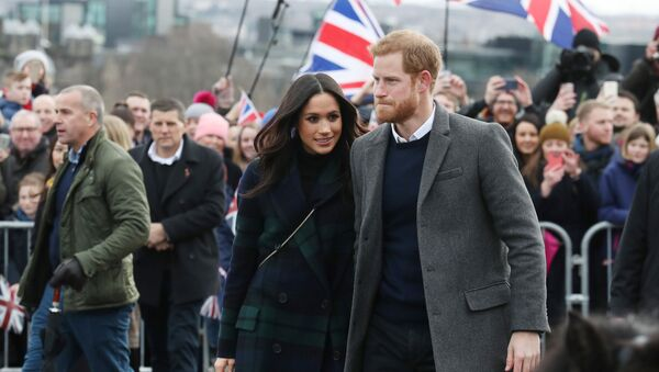 Meghan Markle and Britain's Prince Harry, meet members of the public during a walkabout on the esplanade at Edinburgh Castle, Britain, February 13, 2018 - Sputnik International