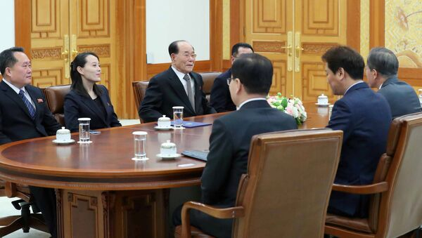 South Korean President Moon Jae-in talks with President of the Presidium of the Supreme People's Assembly of North Korea Kim Young Nam and Kim Yo Jong, the sister of North Korea's leader Kim Jong Un, during their meeting at the Presidential Blue House in Seoul, South Korea, February 10, 2018 - Sputnik International