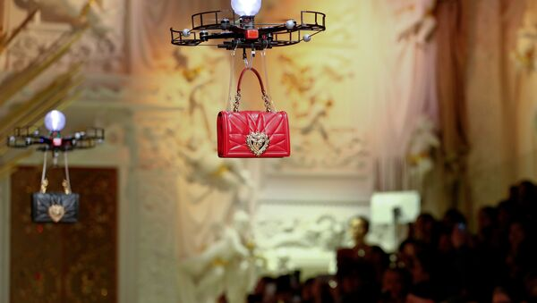 Drones carry bags, the creations from the Dolce & Gabbana Autumn/Winter 2018 women's collection during Milan Fashion Week in Milan, Italy February 25, 2018 - Sputnik International