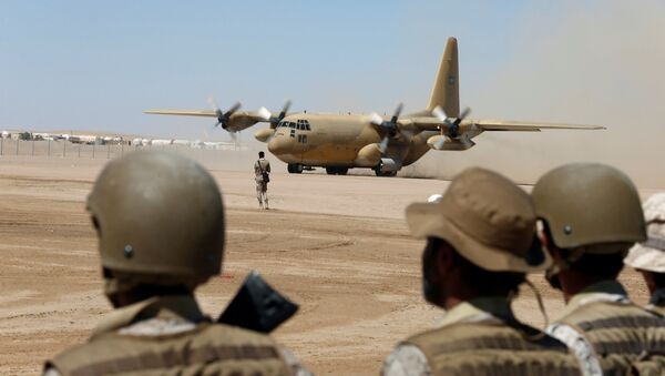 Saudi soldiers watch as a Saudi military cargo plane lands to deliver aid at an airfield in Marib, Yemen January 26, 2018 - Sputnik International