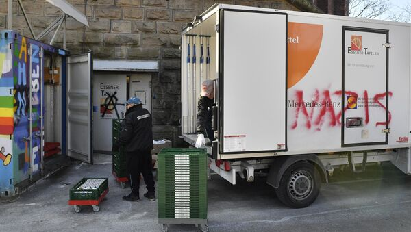 Helpers unload a truck of the food bank Tafel in Essen, western Germany, Tuesday, Feb. 27, 2018 - Sputnik International