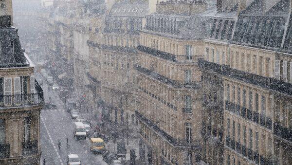 People walk on the street as snow falls on February 27, 2018, in Paris - Sputnik International