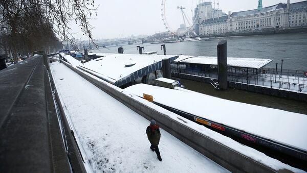 A man walks through the snow on the Embankment in London, Britain, March 1, 2018 - Sputnik International