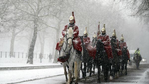 Members of the Household Cavalry return to their barracks as snow falls in London, Wednesday, Feb. 28, 2018 - Sputnik International