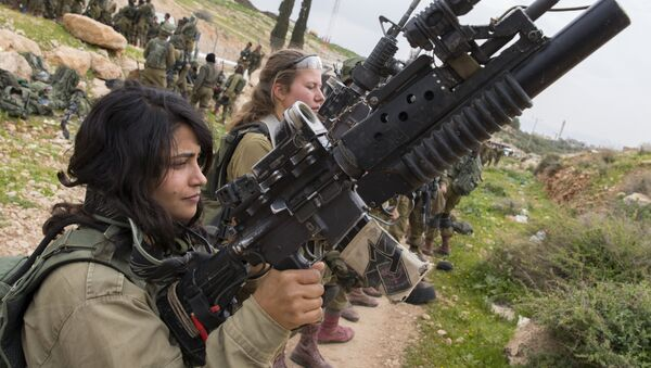 Israeli soldiers from the mixed-gender Lions of the Jordan battalion, under the Kfir Brigade, check their weapons at the end of the last training before being assigned their posting, on February 28, 2017, near the West Bank village of Bardale, east of Jenin - Sputnik International