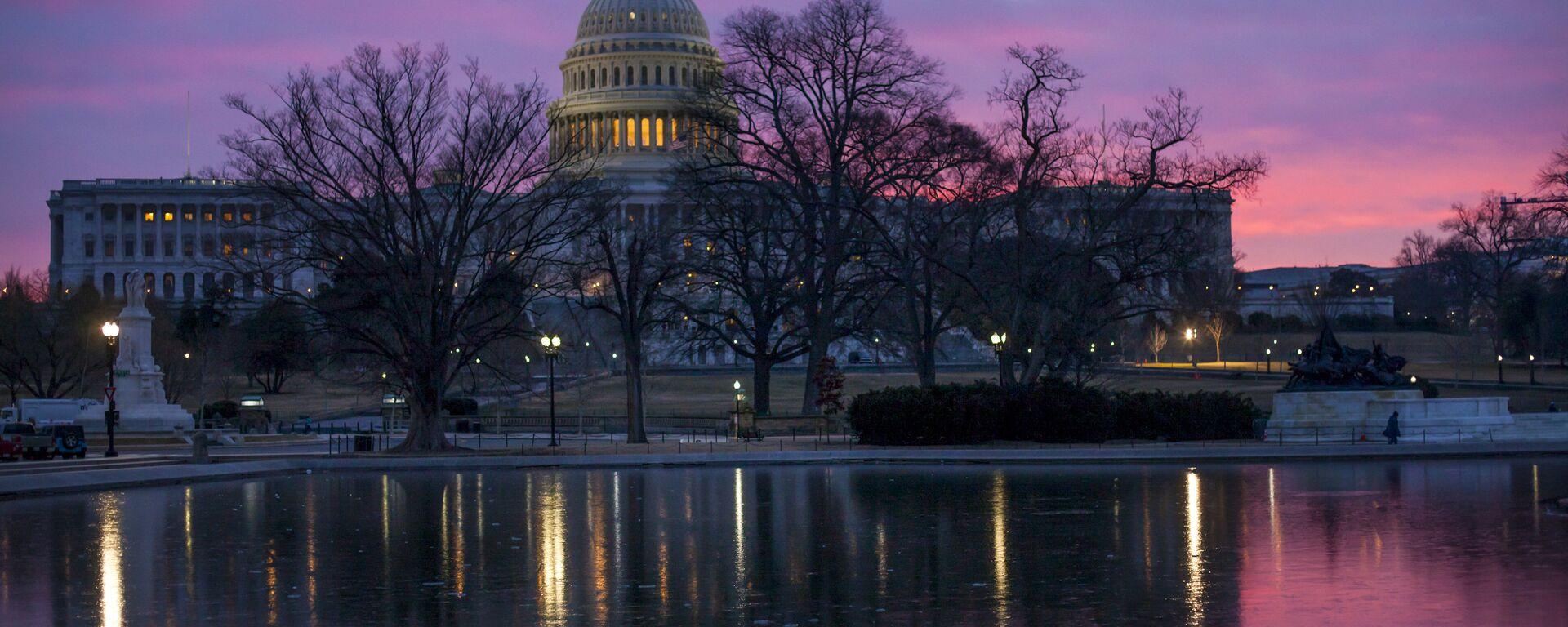 Dawn breaks over the US Capitol building in Washington DC - Sputnik International, 1920, 16.01.2021