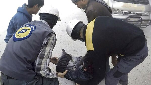 This photo provided by the Syrian Civil Defense White Helmets, which has been authenticated based on its contents and other AP reporting, shows members of the Syrian Civil Defense group helping a wounded man after airstrikes hit Ghouta, a suburb of Damascus, Syria, Thursday, March. 1, 2018 - Sputnik International