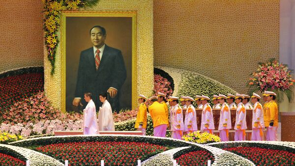 Unification Church honour guards carry the coffin (R) containing late Unification Church founder Sun Myung Moon during his funeral ceremony at the Cheongshim Peace World Center in Gapyeong, about 60 km east of Seoul, on September 15, 2012 - Sputnik International