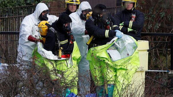 Officials are helped out to take off their protective suits after repositioning the forensic tent, covering the bench where Sergei Skripal and his daughter Yulia were found, in the centre of Salisbury, Britain, March 8, 2018 - Sputnik International