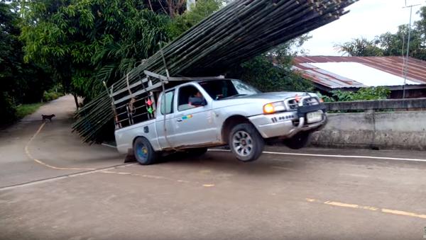 Pick-Up Sticks: Thailand Truck Loses Bamboo Haul - Sputnik International