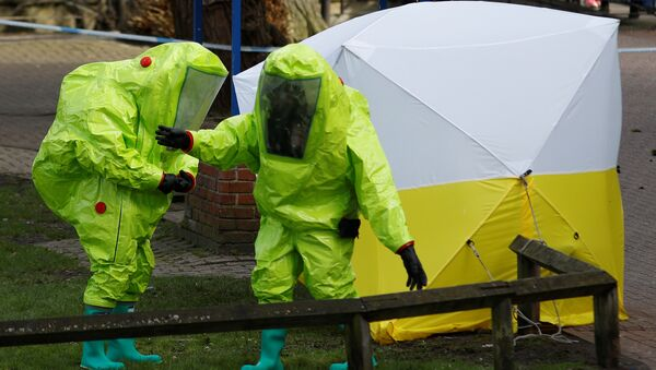 The forensic tent, covering the bench where Sergei Skripal and his daughter Yulia were found, is repositioned by officials in protective suits in the centre of Salisbury, Britain, March 8, 2018 - Sputnik International