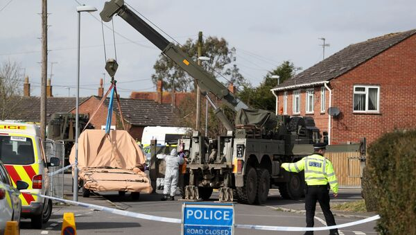 Soldiers wearing protective clothing prepare to lift tow truck in Hyde Road, Gillingham, Dorset, England as the investigation into the suspected nerve agent attack on Russian double agent Sergei Skripal continues Wednesday March 14, 2018 - Sputnik International