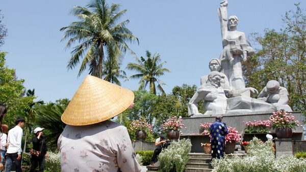 Visitors offer flowers at a war memorial dedicated to the victims of the My Lai massacre in the village of Son My during a ceremony marking the 50th anniversary of the massacre on March 16, 2018 - Sputnik International