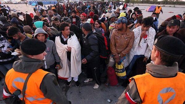 Мигранты после пересечения границы между Венгрией и Австрией в Никельсдорфе, Австрия. 20 сентября 2015 год - Sputnik International