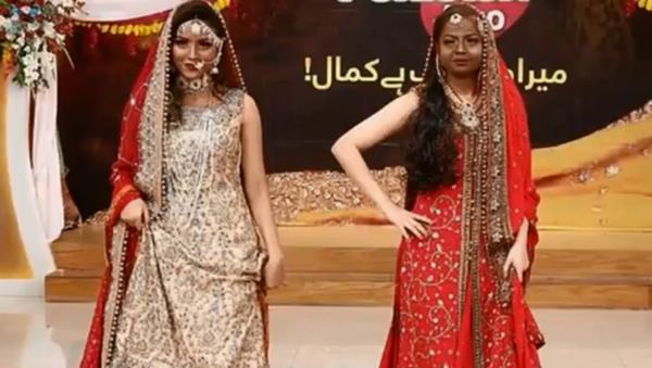 Social media in uproar after tv show 'Jago Pakistan Jago' has contestants darken skin of fair-skinned models to show off beauty techniques for dark-skinned people - Sputnik International