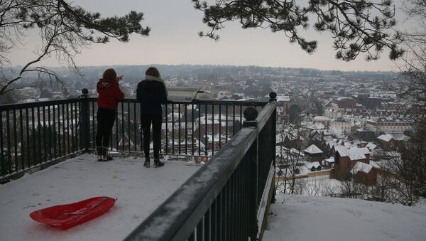 Residents look out over the snow covered town of Winchester in south west England on March 2, 2018 - Sputnik International