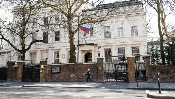 A woman walks past the Russian Embassy in London, Britain, March 19, 2018 - Sputnik International