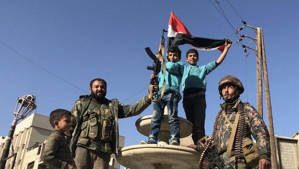 Locals in the liberated town of Kafr Batna in Eastern Ghouta - Sputnik International