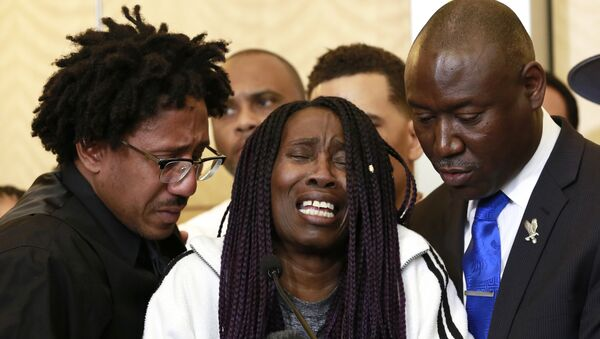 A tearful Sequita Thompson, center, discusses the shooting of her grandson, Stephon Clark, during a news conference, Monday, March 26, 2018, in Sacramento, Calif. Clark, who was unarmed, was shot and killed by Sacramento police officers who were responding to a call about person smashing car windows a week ago. - Sputnik International