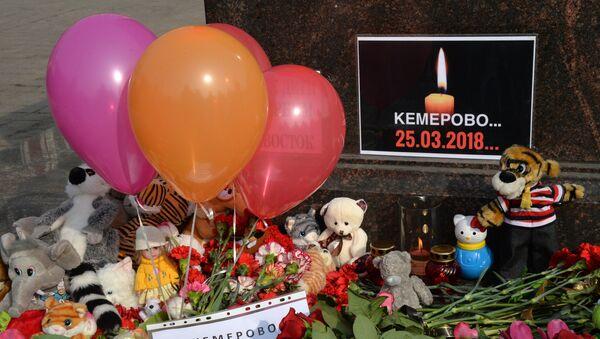 A memorial near the City of Military Glory stele on Vladivostok's central square to honor those killed in the Zimnyaya Vishnya shopping mall fire in Kemerovo - Sputnik International