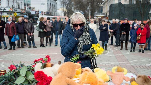 Residents of Simferopol bring flowers to the Lenin Square memorial to honor those killed in the Zimnyaya Vishnya shopping mall fire in Kemerovo - Sputnik International