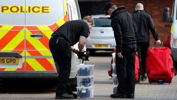 Police officers prepare equipment as inspectors from the Prohibition of Chemical Weapons (OPCW) begin work at the scene of the nerve agent attack on former Russian agent Sergei Skripal, in Salisbury, Britain March 21, 2018 - Sputnik International