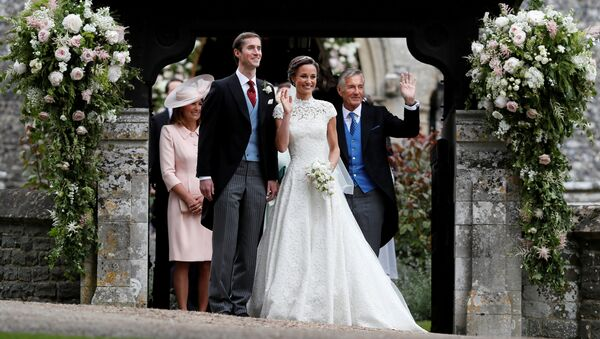 David Matthews (right) waves to well-wishers at the wedding of his son James Matthews and Pippa Middleton at St Mark's Church in Englefield, Britain, May 20, 2017. - Sputnik International